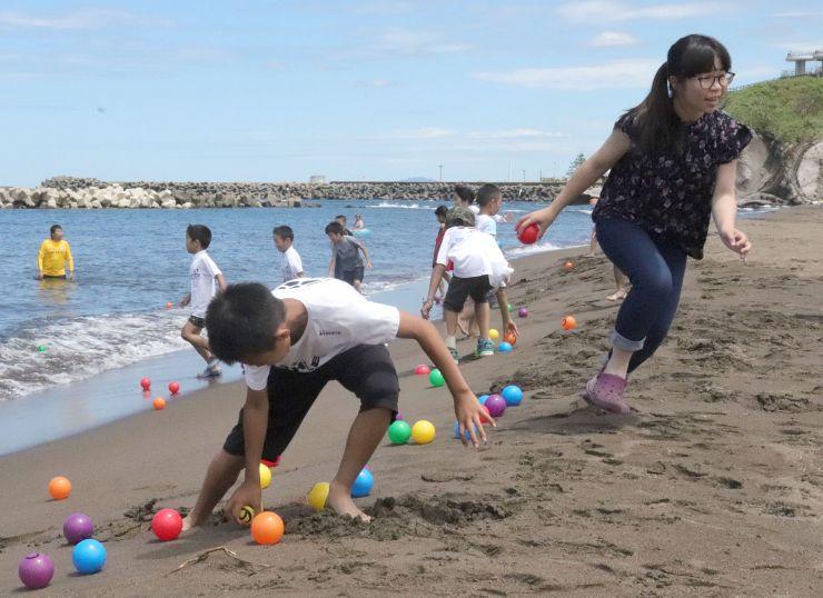 海開きでは、ゲームを楽しむ子どもたちの歓声が上がった=7日、柏崎市の鯨波海水浴場