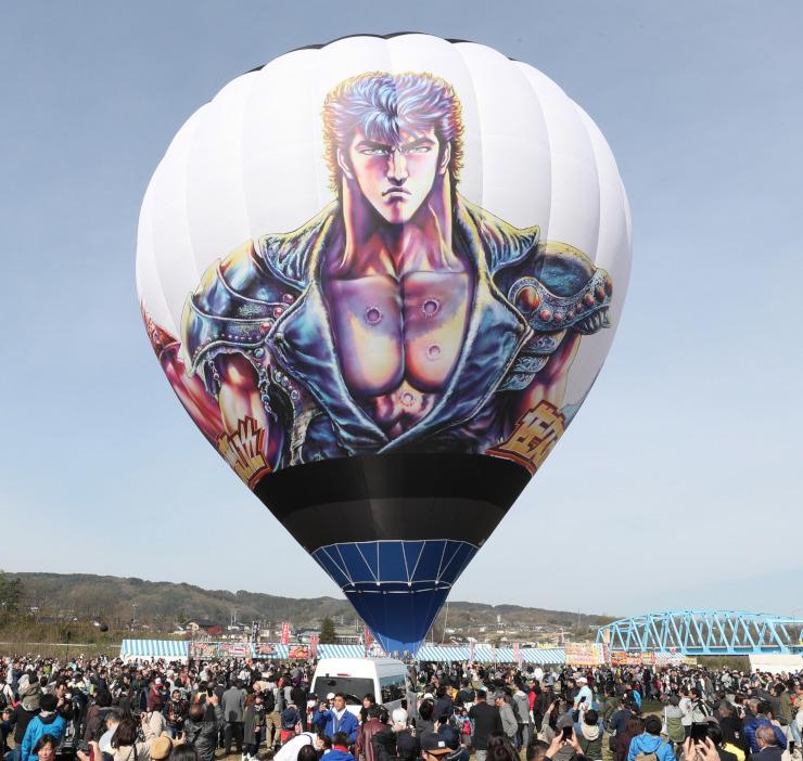 5月の佐久バルーンフェスティバルに登場した「北斗の拳」をデザインした熱気球