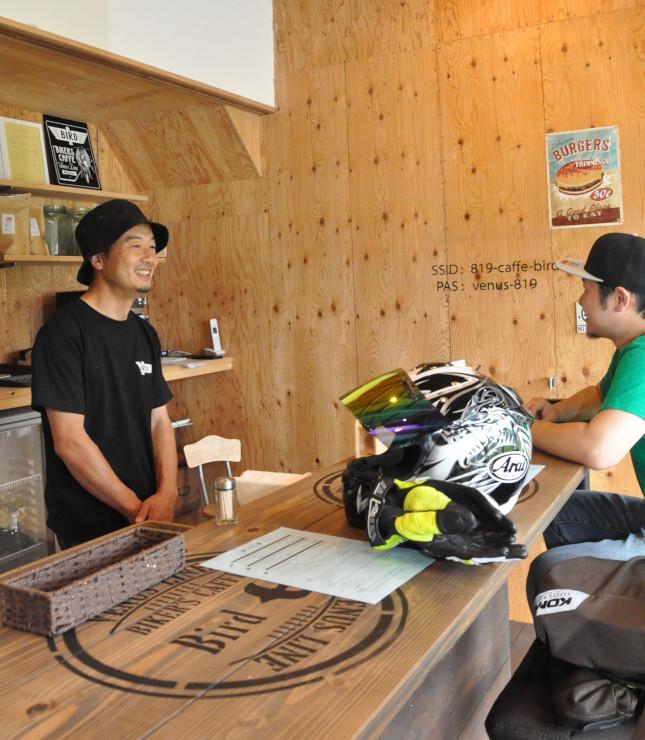 バイカーズ・カフェ・バードの店内。店主の石井さん(左)がバイク愛好家を気さくに迎える