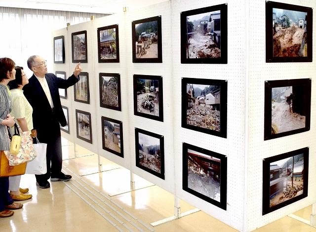 旧美山町での福井豪雨の被害を伝える写真展=7月9日、福井県福井市美山公民館