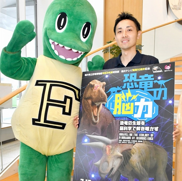 来場を呼び掛ける県立恐竜博物館の宣伝隊=7月9日、福井新聞社