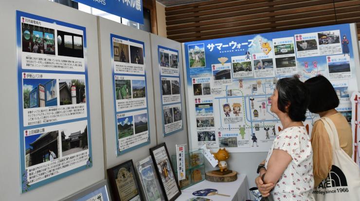 作品の場面と実際の写真を並べたパネル展=上田市観光会館