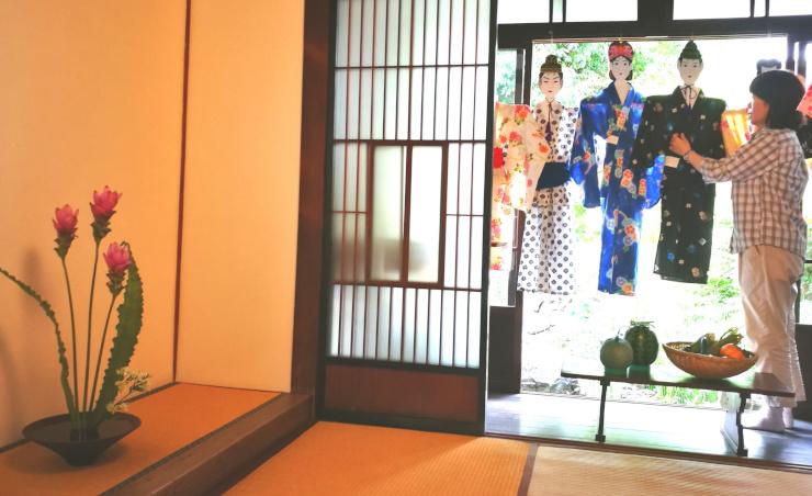 松本市はかり資料館は七夕人形と生け花を飾り、町屋の風情を楽しんでもらう