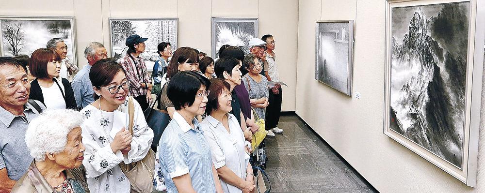 筆の勢いや余白の美に目を凝らす来場者=金沢市の石川県立美術館