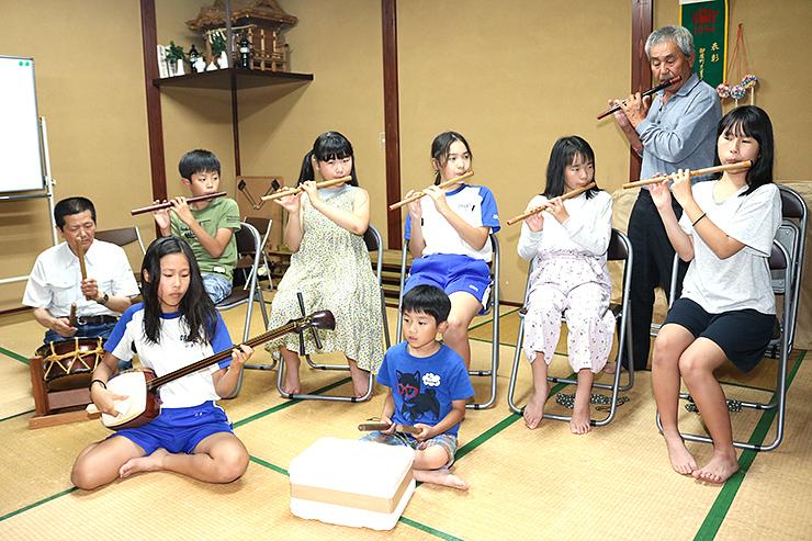 祇園祭りへ向け、笛や太鼓、三味線の練習に励む御座町の児童ら