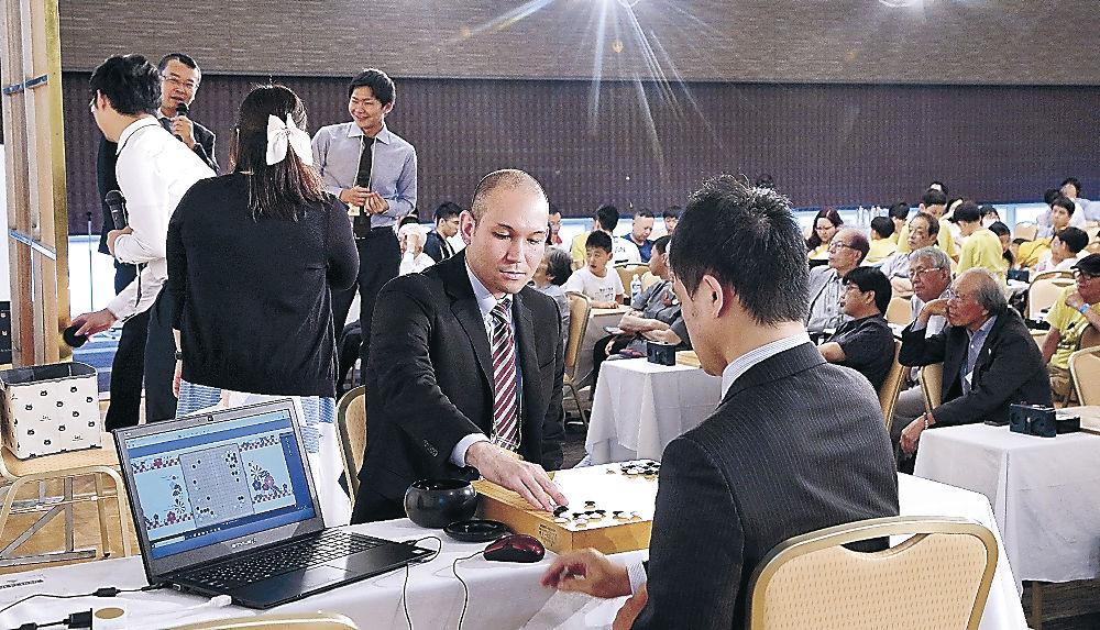 AIと対局する関西棋院の棋士=金沢市のKKRホテル金沢
