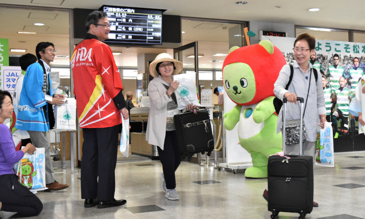 札幌丘珠空港からの乗客を出迎えたイベント=12日、県営松本空港