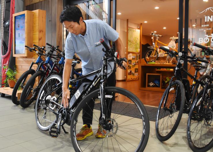 電動アシスト機能付きクロスバイクについて説明する浅野さん