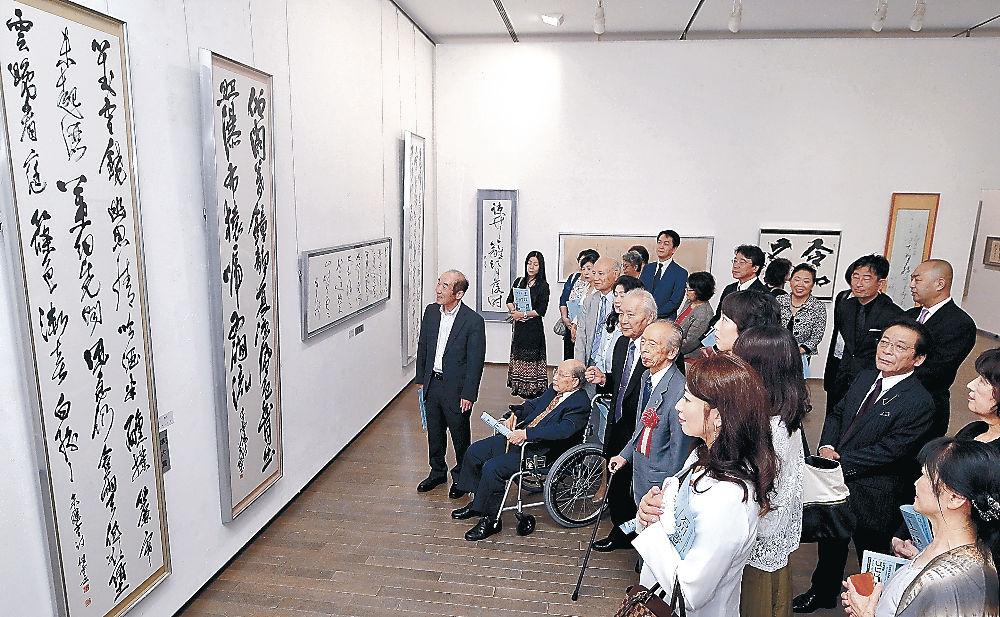 受賞作を鑑賞し、構成の美に触れる来場者=金沢21世紀美術館
