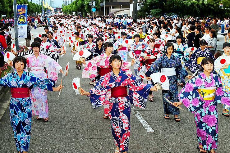 新川古代神踊り街流しを披露する浴衣姿の女性たち=滑川市中川原