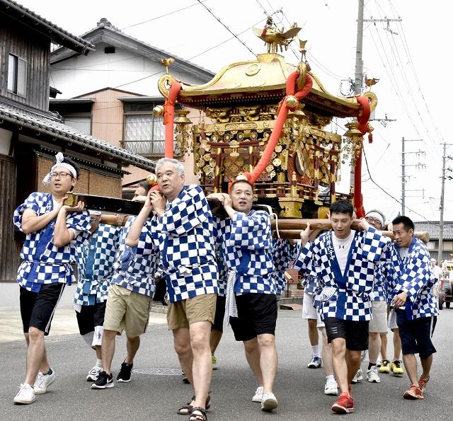 神輿を担いで練り歩く氏子たち=7月13日、福井県小浜市上竹原