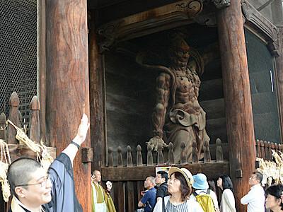 善光寺の仁王像開眼100年「親しみを」 お坊さん案内