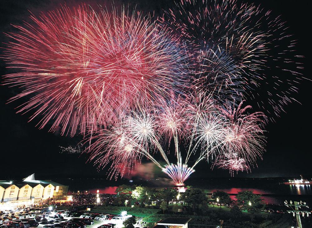七尾港開港120周年を祝って打ち上げられた「でか山 大花火」=14日午後9時2分、七尾港府中埠頭(多重露光)