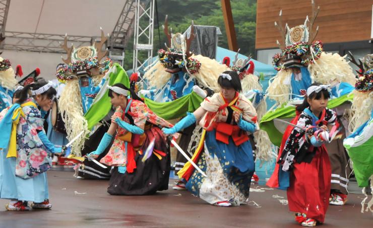 夏祭りで披露された岩手県大槌町の臼沢鹿子踊