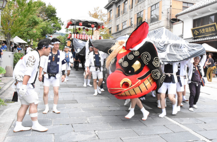 獅子舞を先頭に中央通りを進む権堂町の屋台