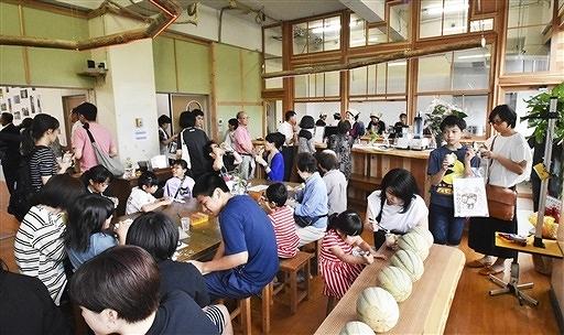 7月15日のオープンを前に、地元住民らにお披露目した「なみまちカフェ」=休校中のあわら市波松小校舎