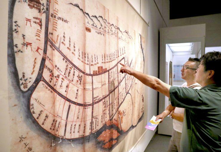 新潟港の歴史を紹介する記念展=13日、新潟市中央区