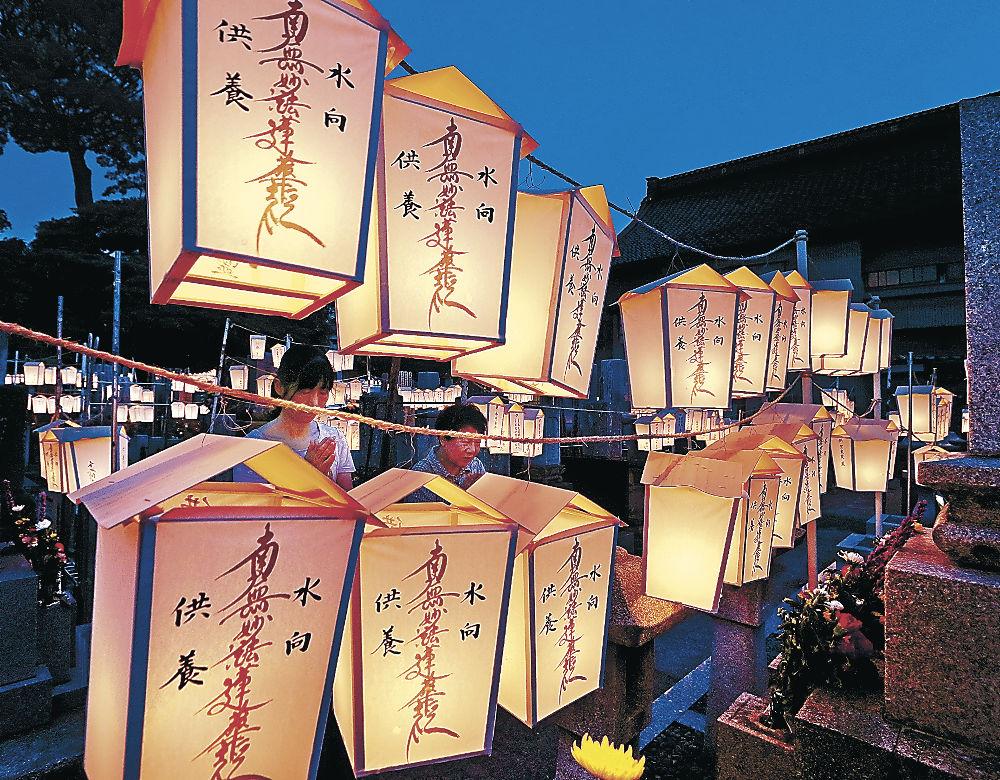 境内に掲げられた箱キリコ=金沢市東山2丁目の蓮覚寺