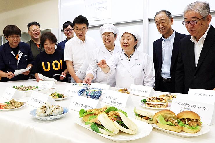 試作メニューの11品を囲み、意見を交わす魚津漁協のメンバーと富山短大の教員ら