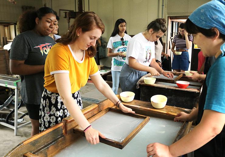 和紙の手すきを体験する生徒