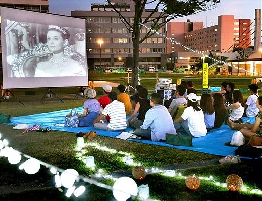 イルミネーションで彩られた芝生広場で、市民らが映画を楽しんだ前回の上映会=2018年7月、福井県福井市中央公園