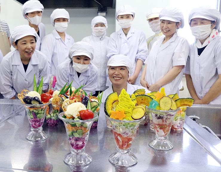 魚津産の野菜パフェの出来栄えに笑顔を見せる参加者