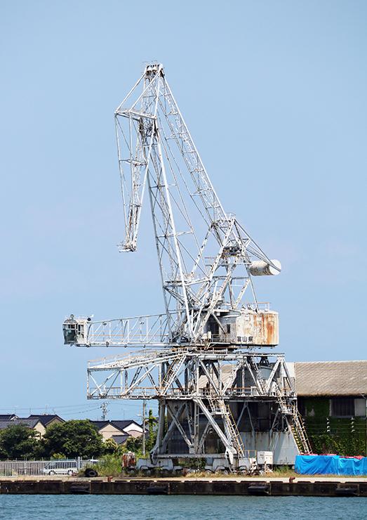 伏木港の繁栄の歴史を物語る「旧伏木港三号岸壁水平引込式クレーン」
