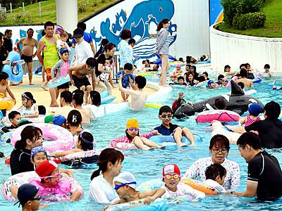 太閤山ランドでプール開き 2900人水しぶき