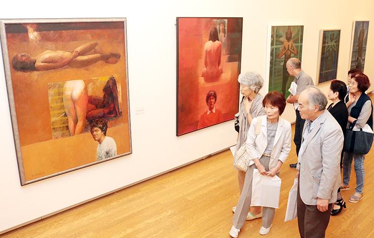 柳田さんの創作の軌跡をたどる展覧会=砺波市美術館