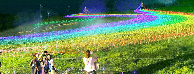 虹色にライトアップされたゲレンデ=牛岳温泉スキー場