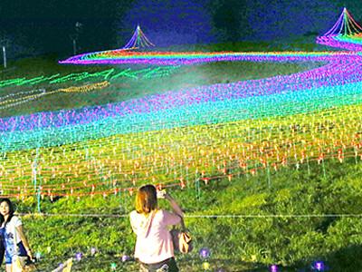 虹色のゲレンデ 富山の牛岳温泉スキー場でライトアップ