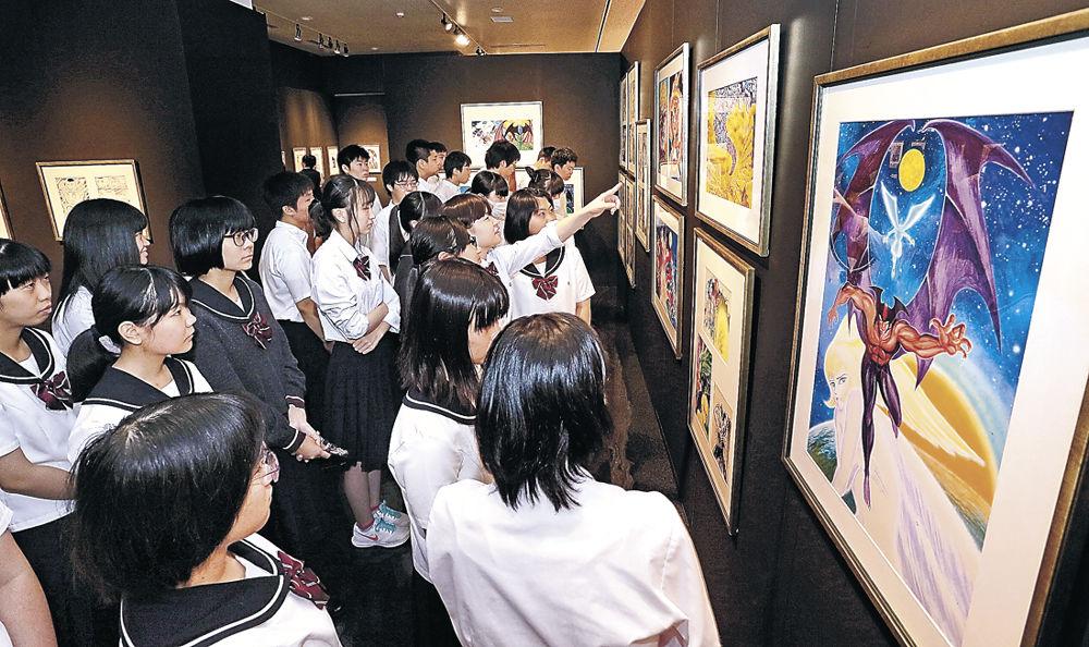 永井さんが世に送り出した名作に触れる来場者=金沢市の石川県立歴史博物館