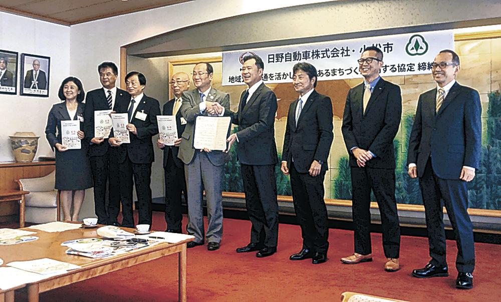 協定書を交わす山手常務(右から4人目)と和田市長=小松市役所