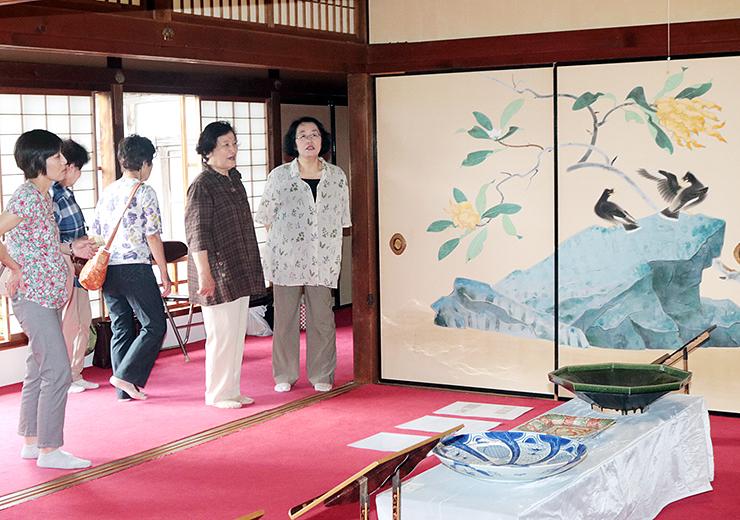 虫干法会でふすま絵や陶芸品を見学するツアー参加者ら