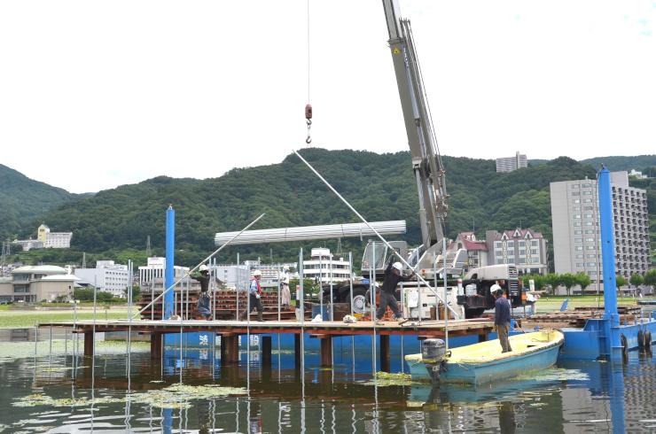 花火の打ち上げ台の準備が進む、諏訪湖の初島周辺