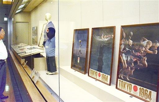 1964年東京五輪のポスターなどが並ぶ特別展=7月22日、福井県福井市立郷土歴史博物館