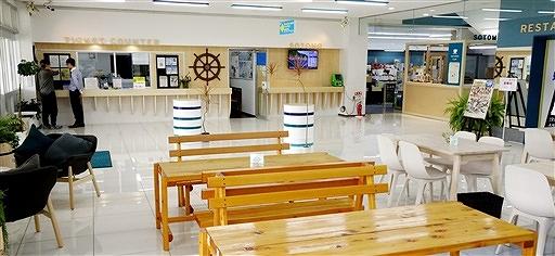 3年ぶりの改装を終えた若狭フィッシャーマンズ・ワーフの休憩エリア。正面が乗船券売り場で、右奥にカフェコーナーが設けられた=福井県小浜市川崎1丁目