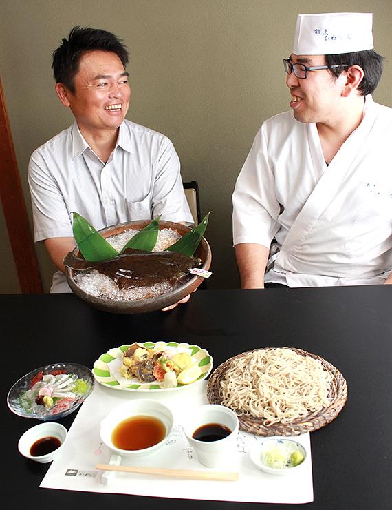 25日から提供する特別メニューを前に笑顔で話す東海さん(左)と川口さん