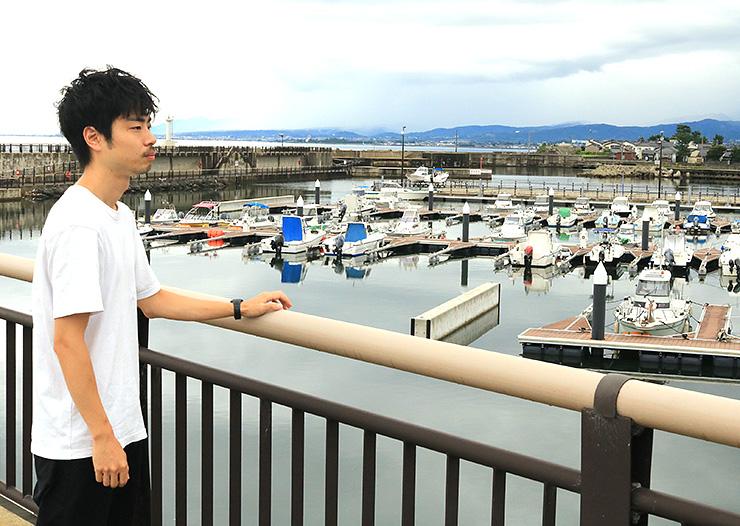 ロケを予定している水橋フィッシャリーナを見つめる平井さん