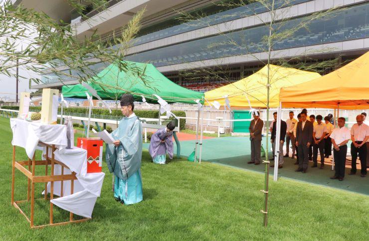 期間中の安全を祈願した馬場浄め=24日、新潟市北区