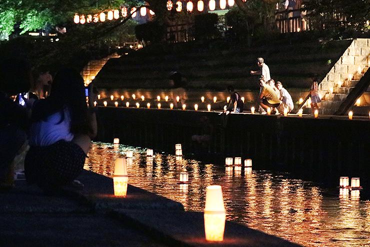 幻想的な光が川面を照らした灯籠流し