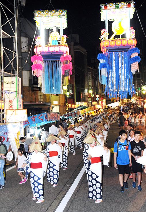 七夕飾りの下で踊りを披露する民踊街流しの参加者