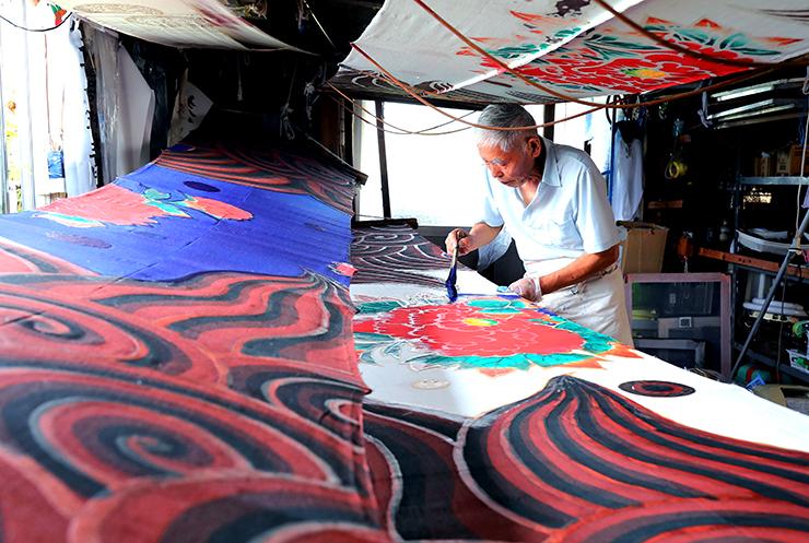 秋祭りに向け、獅子舞の胴幕を作る古嶋さん=南砺市高宮