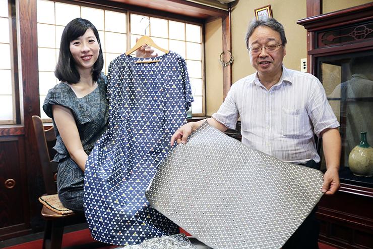 「うろこ」柄のワンピースを手にする原井社長(左)と桂樹舎で作っている和紙を見せる吉田社長
