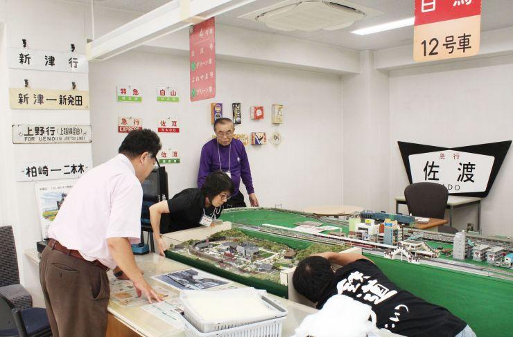 鉄道グッズで装飾された観光案内所「あ!キハ」=新潟市秋葉区