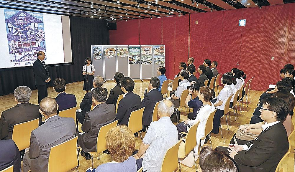 絵画コンクールの入賞者をたたえた開幕式=北國新聞赤羽ホール