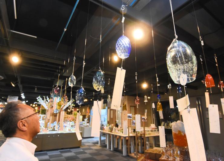 さまざまな色や音色の風鈴が並ぶSUWAガラスの里