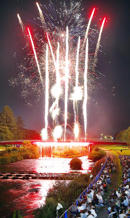 夏の夜空と川面を染める花火=南砺市福光 (多重露光)