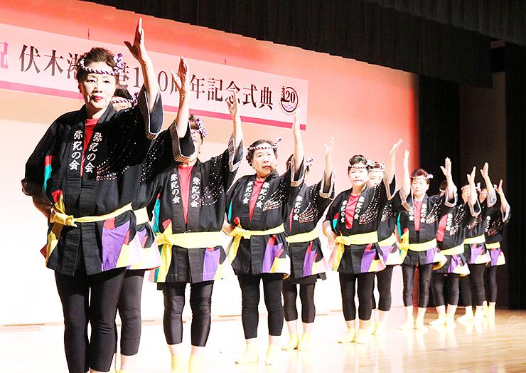息の合った舞を披露する弥紀の会のメンバー=伏木コミュニティセンター