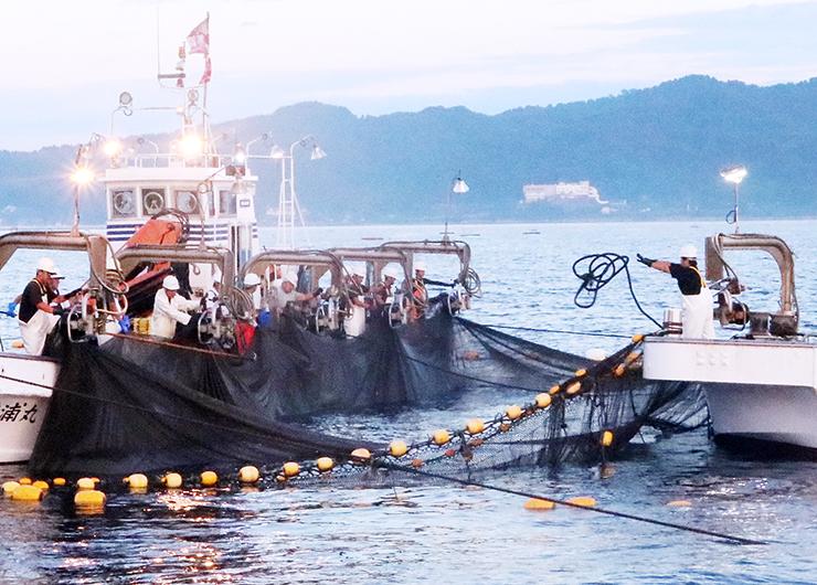 氷見市宇波沖の定置網漁。2隻の漁船が間隔を詰めながら網を引き揚げた